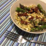 Sałatka z zielonych szparagow z kaszą jaglaną