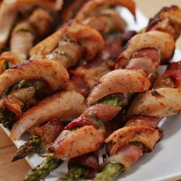 Szparagi w plastrach boczku i filetów