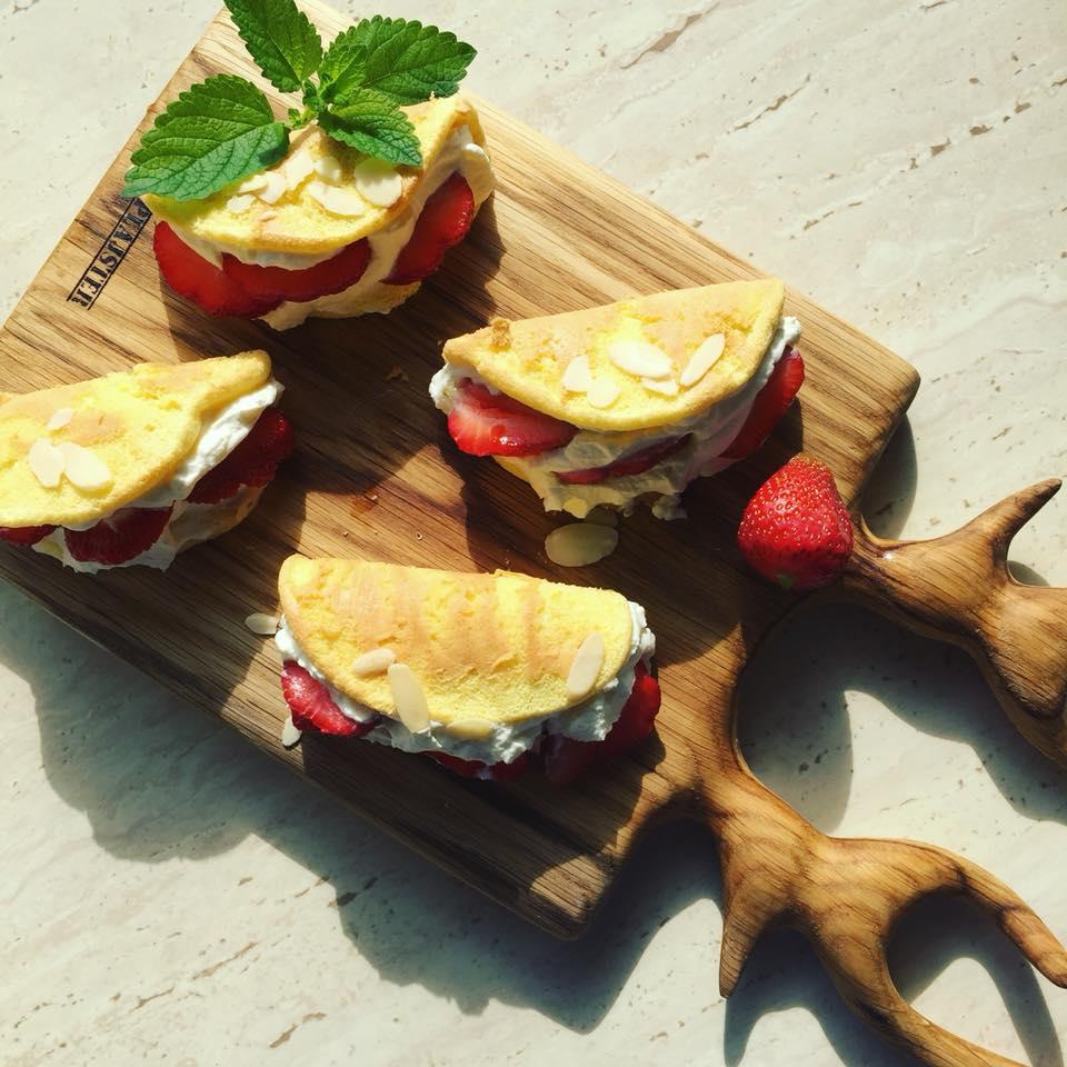 Omleciki biszkoptowe z truskawkami i matchą