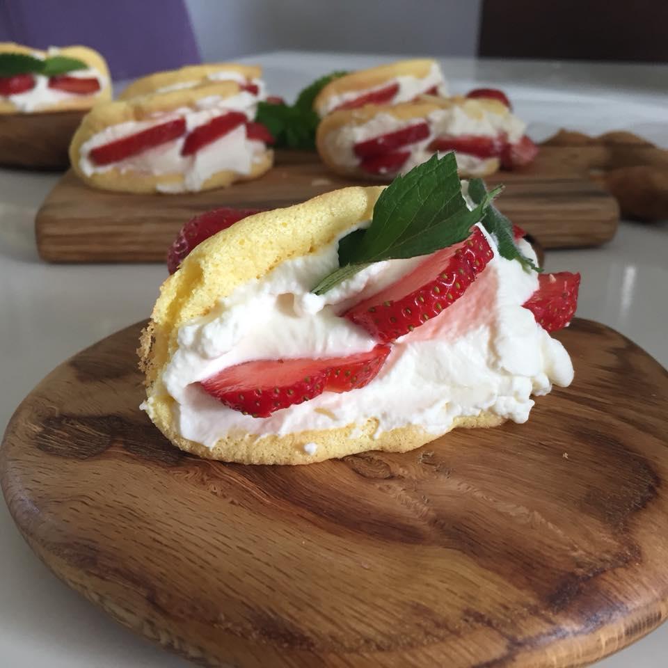 omleciki biszkoptowe z truskawkami