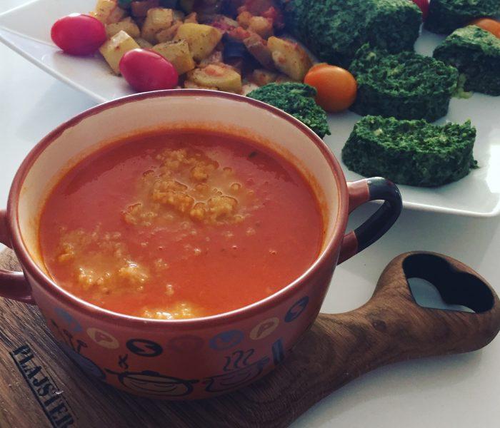 Krem z pomidorów, omlet ze szpinakiem i ratatouille na parze
