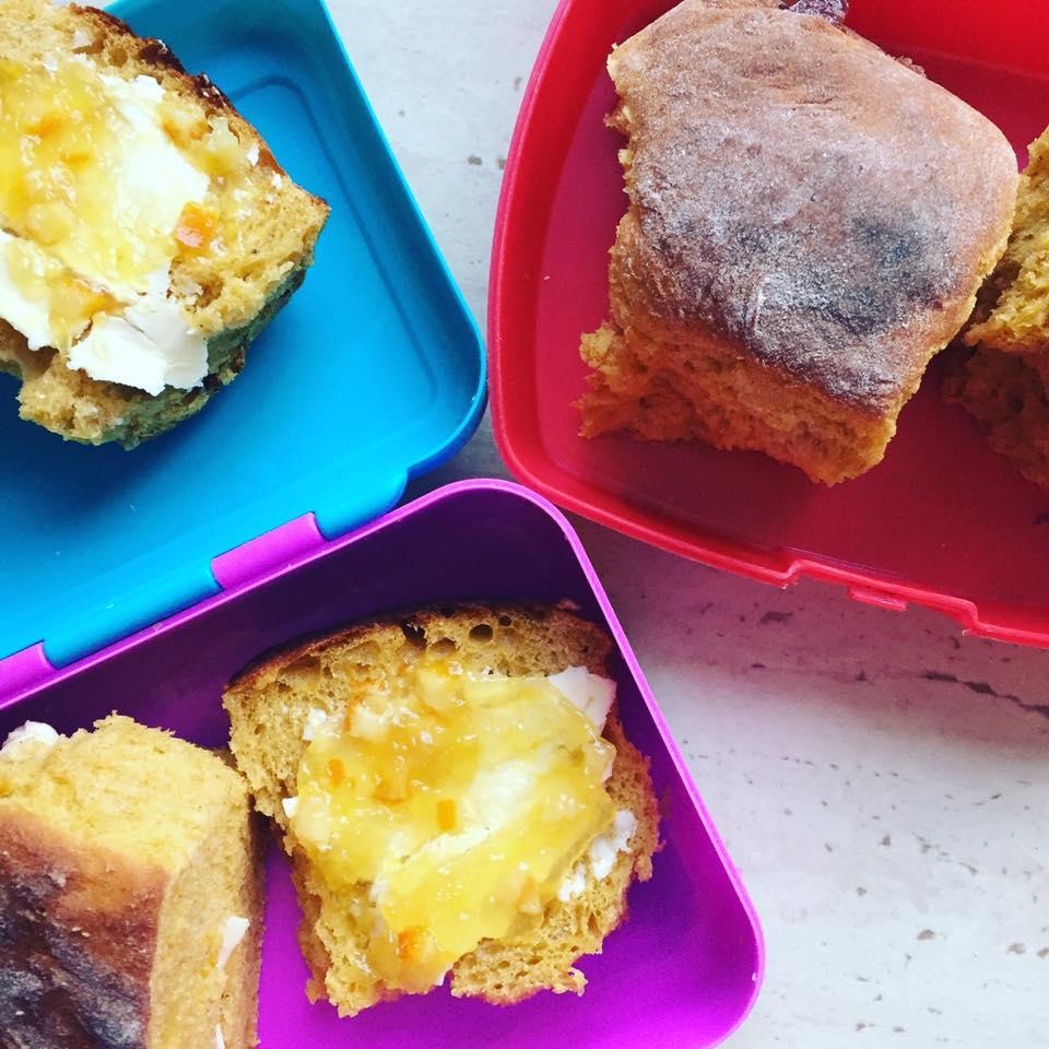 pomysły na lunchbox dla dzieci do szkoły dyniowo-korzenne bułeczki
