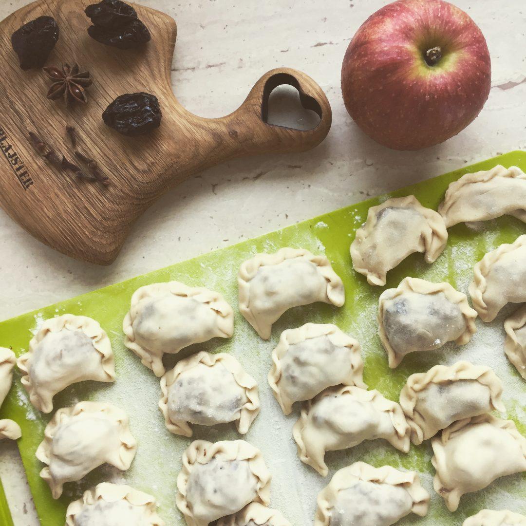 pierogi z duszoną kaczką, jabłkami i suszonymi śliwkami