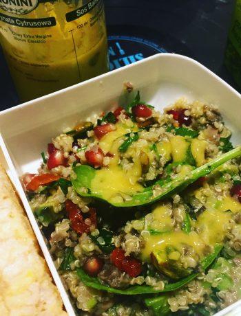 Sałatka z kosmosą ryżową, awokado, pieczarkami, granatem i pistacjami