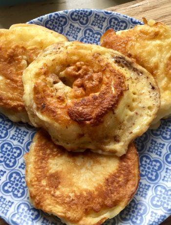 Jabłka w cieście naleśnikowym - idealny pomysł na placki na śniadanie i do lunchboxu.