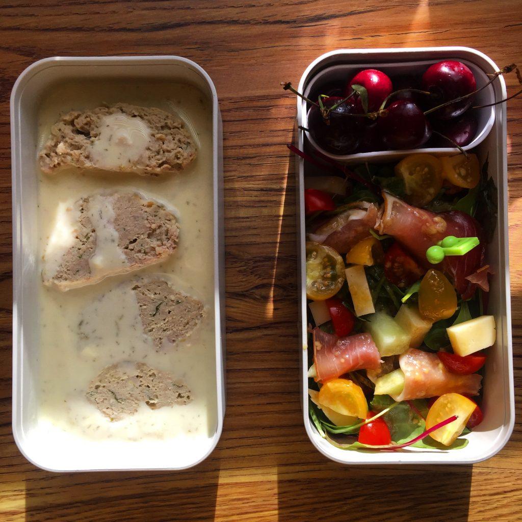 Sałatka na szybko - biały oscypek, pomidorki, melon w szynce parmeńskiej lunchbox