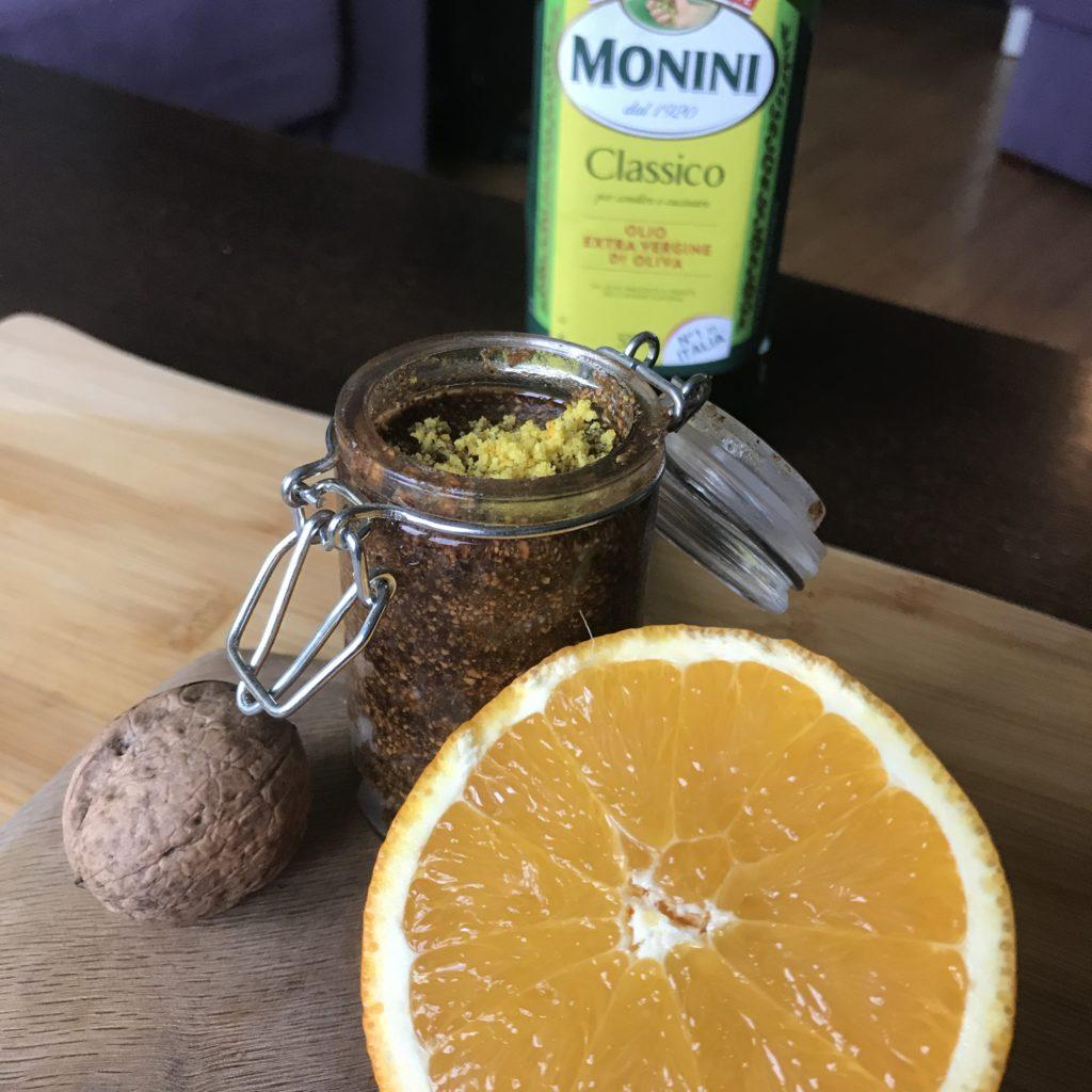 Peeling z łupin orzecha włoskiego