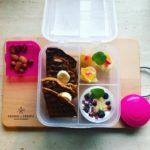 Lunchbox do szkoły z domowym jogurtem i goframi marchewkowymi