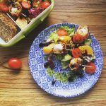 thermomix przepisy - sałatka z pomarańcza, pomidorkami i zawijanymi kulkami mozarelli w grillowanej szynce szwardzwalskiej z nutką jagodowego sosu