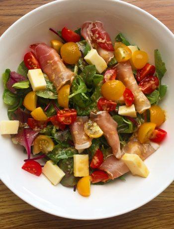 Sałatka na szybko - biały oscypek, pomidorki, melon w szynce parmeńskiej