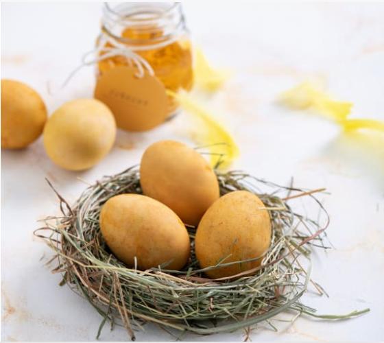 Gotowanie i farbowanie jajek na żółto (kurkumą)